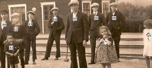 Bild 57 nummer b Krockspel framfor jarnvagsstationen