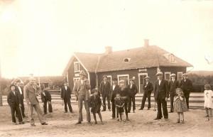 Krocketspel framför järnvägsstationen i Norrhult