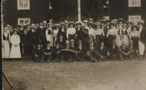 Folksamling med dragspelare